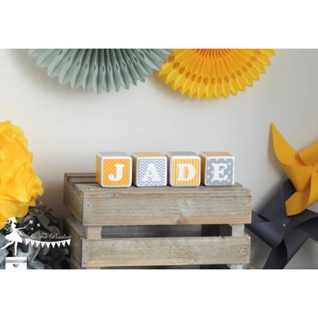 Prénom JADE en cubes décorés jaune et gris