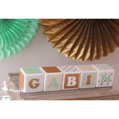 1 Cube prénom décoré vert pastel, ivoire et doré