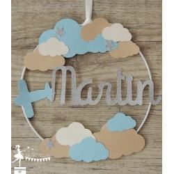 Cercle 20cm décoré prénom thème nuage avion, bleu pastel, daim et ivoire