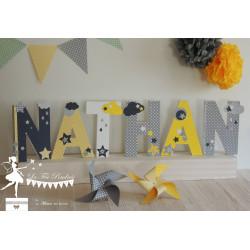 Lettre décorée 20 cm Etoiles jaune gris clair et foncé & blanc PRIX UNITAIRE