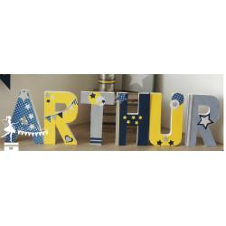 Lettre décorée 20 cm Etoiles marine jaune & argent