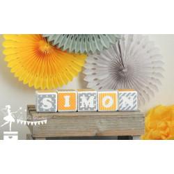 Ensemble cubes prénoms et pompons dentelle jaune, gris et blanc